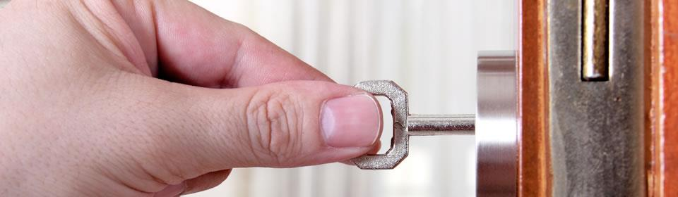 Hand draait aan slot